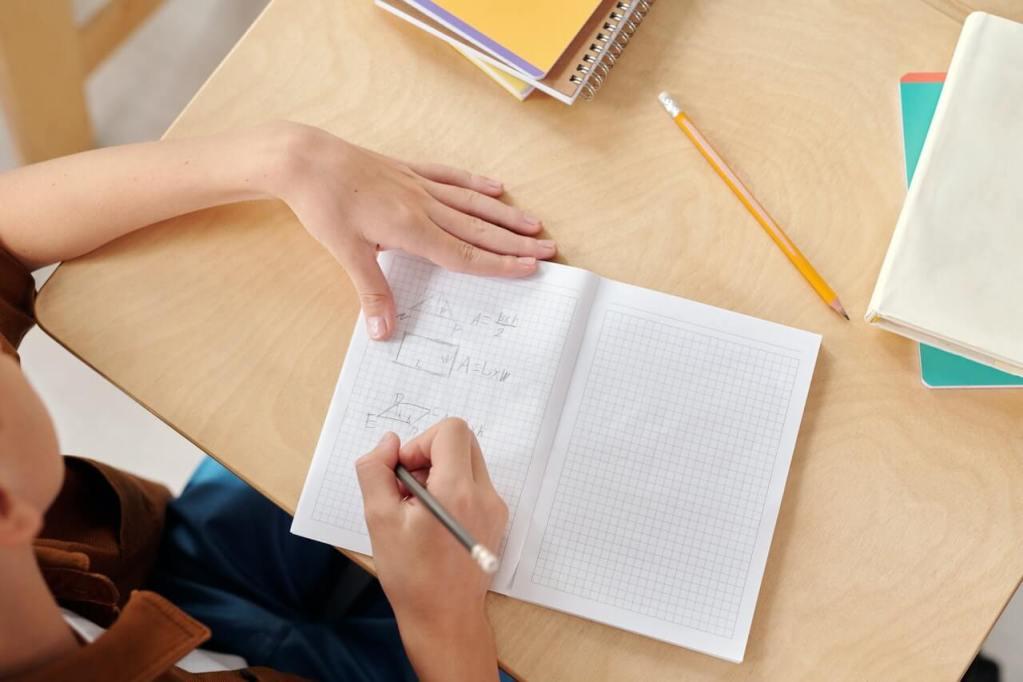 close up van schrift op schoolbankje