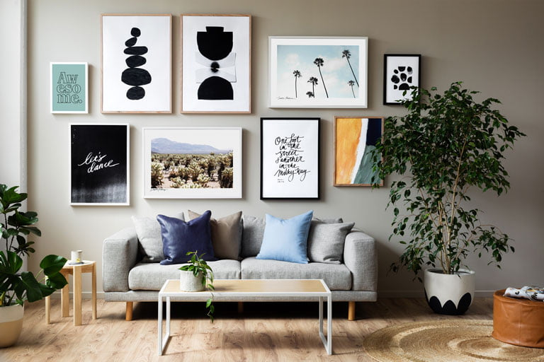 Lounge with pictures on the wall