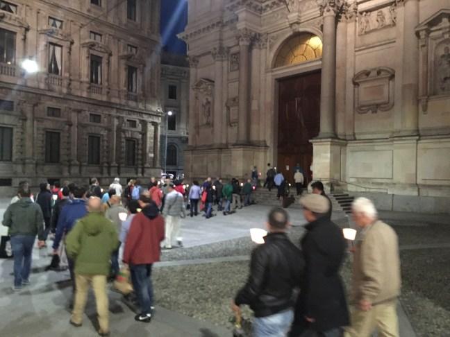 Immagini dalla fiaccolata e dalla veglia per le vittime dell'omotransfobia di Milano del 31 maggio 2016, iniziata nella chiesa di San Babila, proseguita con una fiaccolata fino alla chiesa di San Fedele, dove si è conclusa.