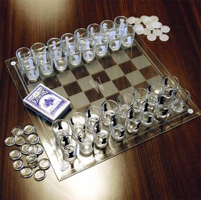 Des verres à shot dans un jeu d'échecs