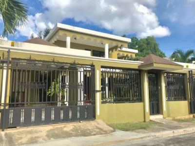 Hermosa Casa Dos Niveles de 4 Habitaciones, Llanos de Gurabo