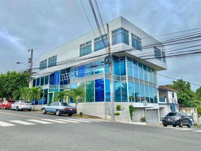 Edificio Corporativo de 4 Niveles Disponible próximo a Colinas Mall
