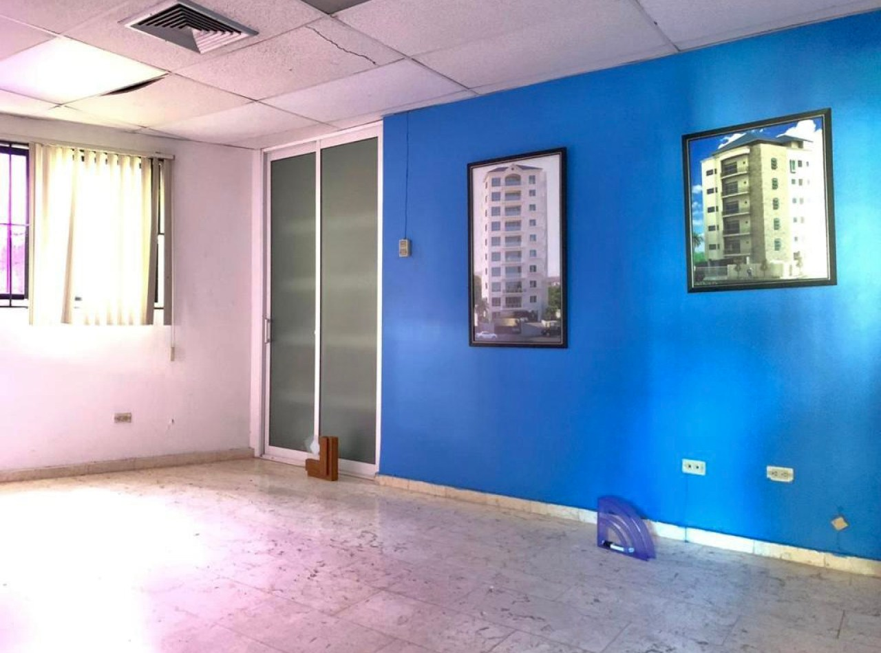 Edificio Comercial con Oficinas y Almacén con Rampa, Multiples Parqueos