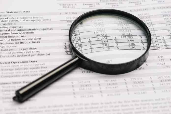 Lupa sobre balanço patrimonial. Muitas vezes o value investor terá de fazer trabalho de detetive.