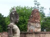 Vista de la inclinación de una de las torres de Wat Phra Mahathat