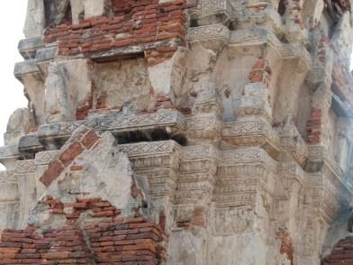 Reconstrucción de estucos en otras torres y stupas dejando lisa la superficie