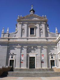 Catedral de la Almudena. Portada lateral a la calle Baién. Foto: wikipedia.