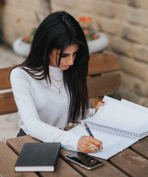Bien-être au travail chez les femmes managers de proximité : les causes du syndrome de l'imposteur