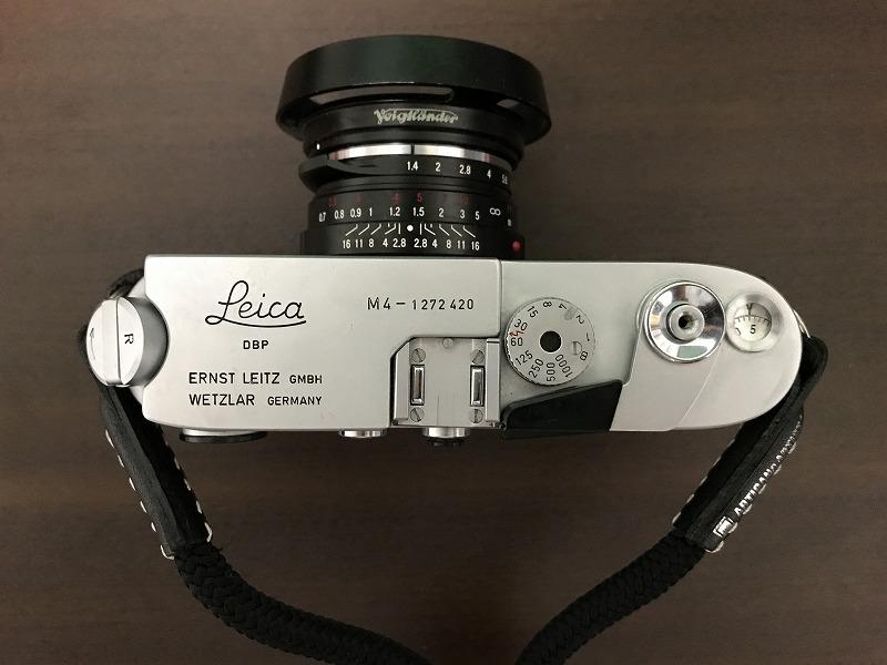 Leica M4の軍艦部。シンプルに纏まっている