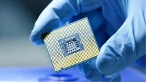 Presentazione in primo piano di un microchip di nuova generazione.  Mano guantata che tiene pezzo di meraviglia tecnologica.