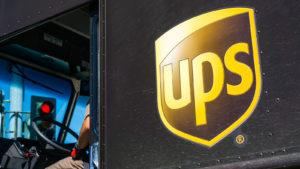Camion per le consegne marrone scuro con il logo UPS (United Parcel Service)