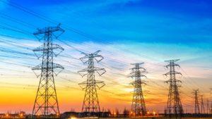 pali del telefono e linee elettriche con il tramonto come sfondo