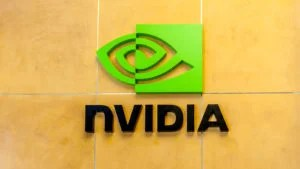 Logo Nvidia (NVDA) sulla parete interna di un edificio aziendale realizzato con piastrelle gialle