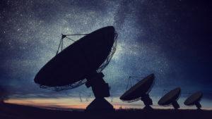 SPAC spaziali Sagome di antenne paraboliche o antenne radio contro il cielo notturno