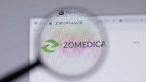 Una lente di ingrandimento ingrandisce il sito web di Zomedica (ZOM).