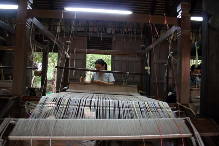 Weaver at a traditional old loom creating a typical Baan Khampung silk sarong © Arno Maierbrugger