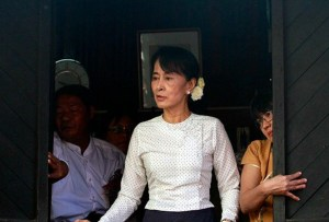 Aung_San_Suu_Kyi_gives_speech
