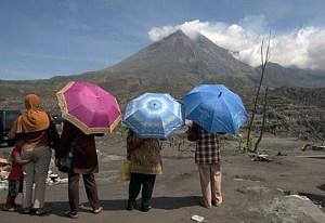 Indonesia-Volcano-tourists