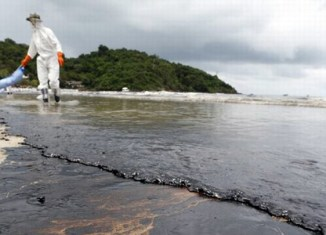 Oil spill leaves Thai island with toxic sea water