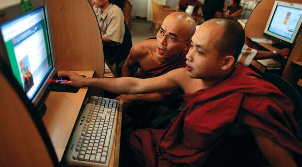 Google's Schmidt asserts internet freedom in Myanmar