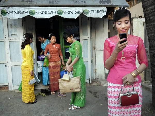 Myanmar 3G SIMs drop to $2