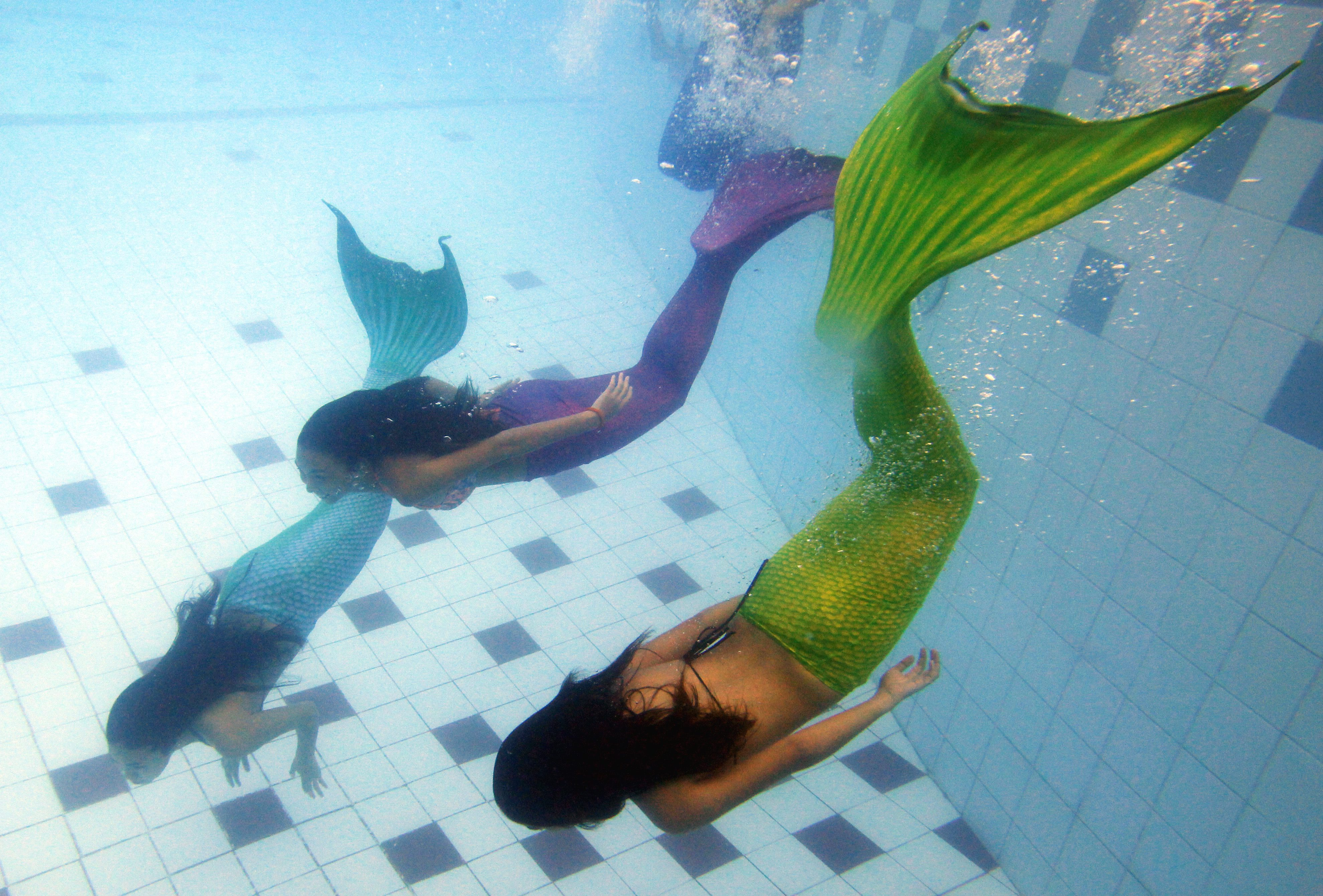 World's first mermaid swimming school in Manila (video)
