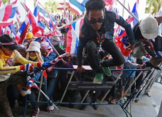 Thai protesters march to Yingluck's home, PM retreats to Chiang Mai