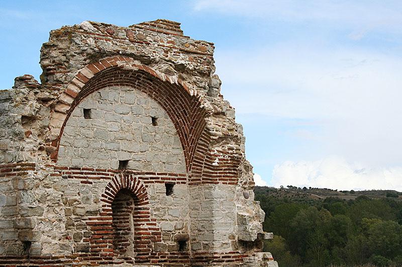 Restos de la iglesia junto al yacimiento