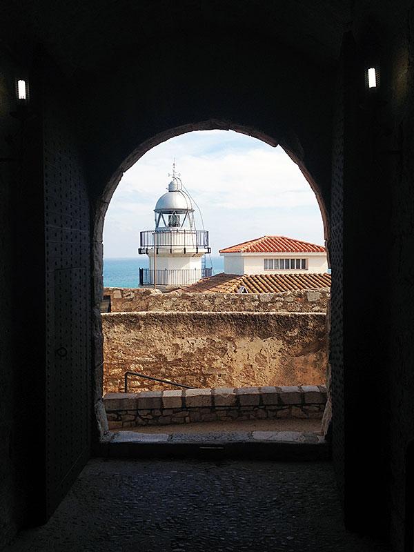 El faro de peñiscola desde el castillo