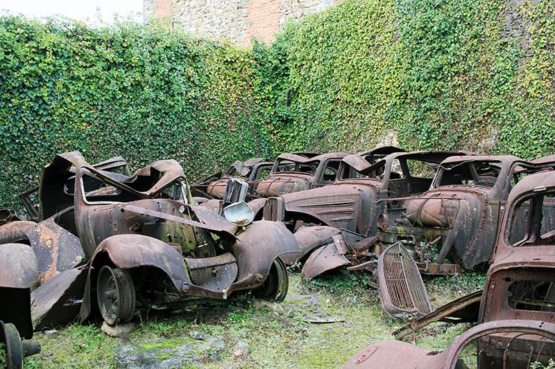 Cementerio de coches en Oradour-sur-Glane