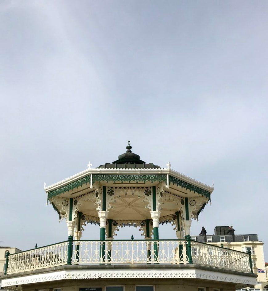 Kiosko junto al paseo marítimo de Brighton