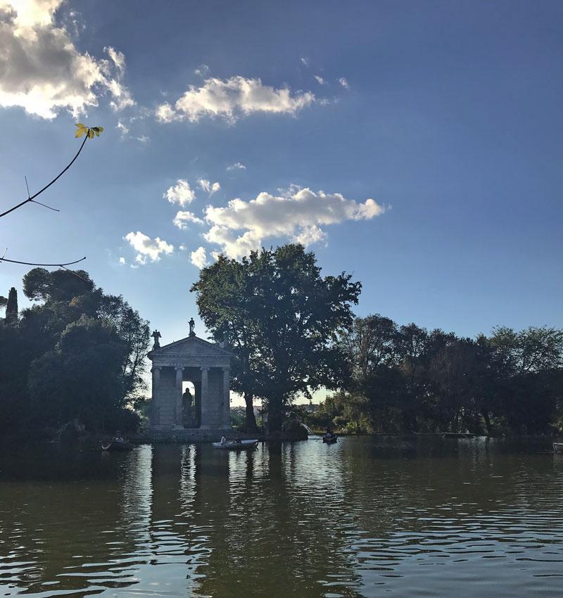 Templo de Esculapio en el centro del lago.