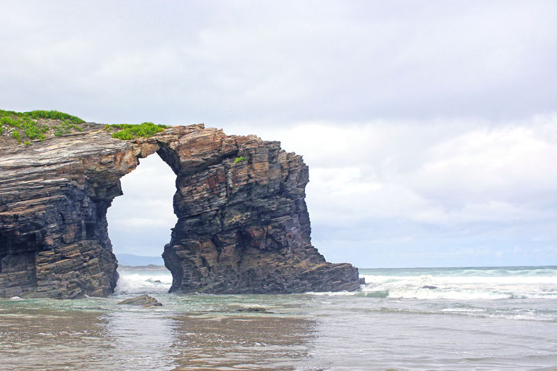 Playa de las Catedrales y su arco más famoso.