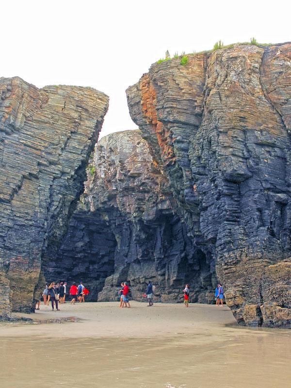 Turistas paseando por la Playa de las Catedrales