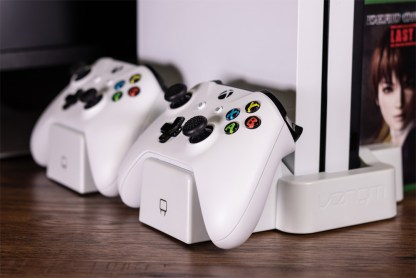VS2862_Xbox One S_Vertical Charging Stand_White_Lifestyle2_RGB_72DPI