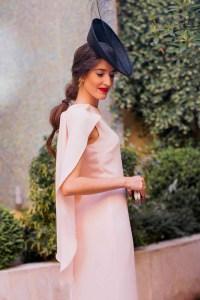 Look invitada rosa palo alquiler 24 Fab tocado negro