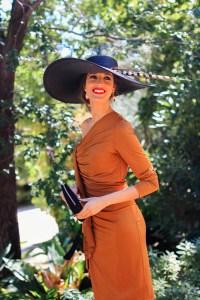 Vestido caramelo marron invitada boda mañana pamela negra pluma invitada perfecta