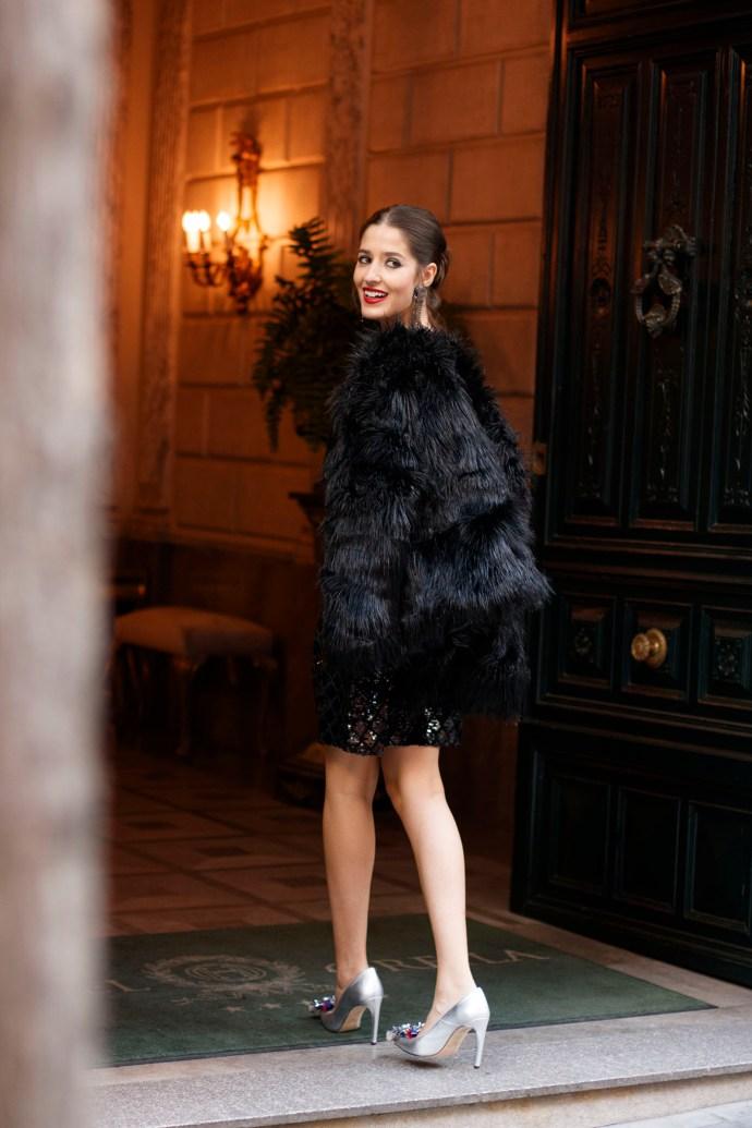 Abrigo pelo negro invitada boda invierno otoño