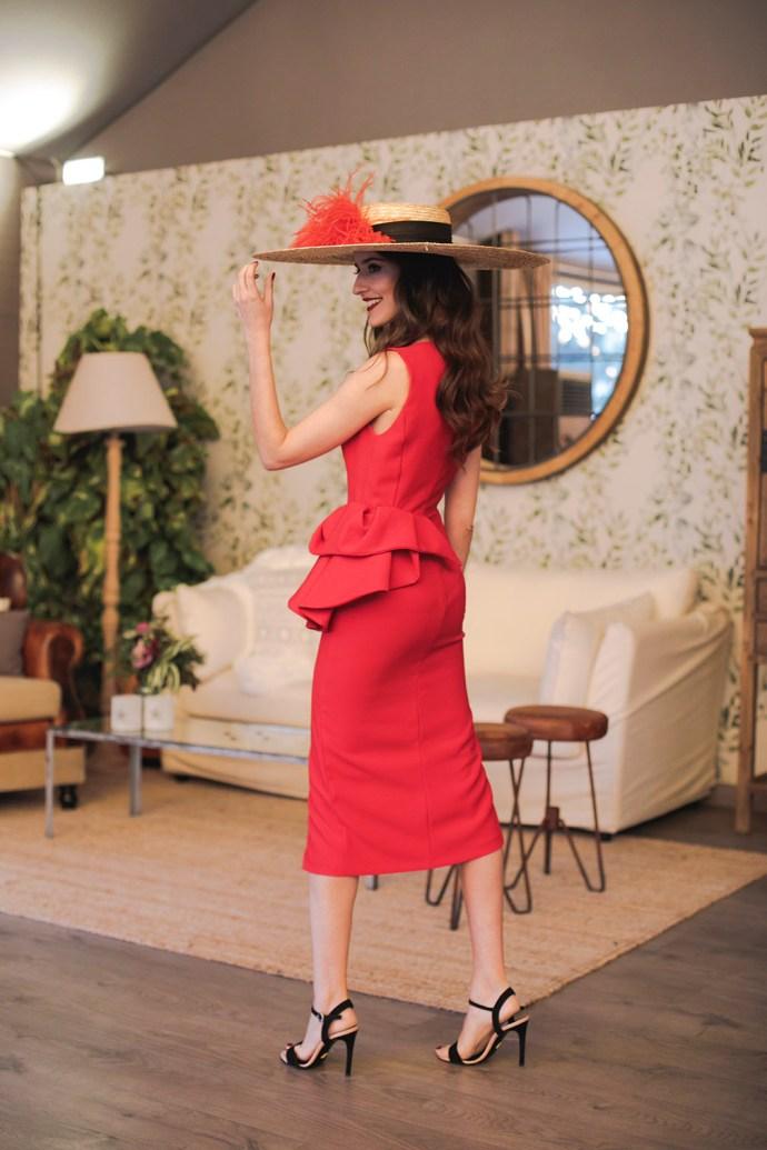 Look invitada noda mañana vestido rojo escote pamela complementos negros