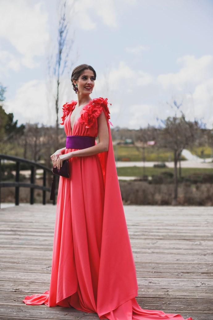 Look invitad perfecta hermana novia vestido largo capa flores mangas hombreras