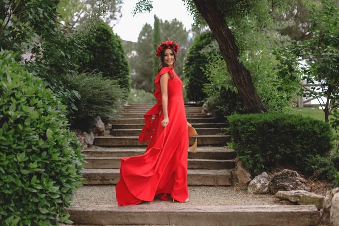 d8e111967e3 Look invitada boda noche 2018 vestido rojo espalda volantes tocado