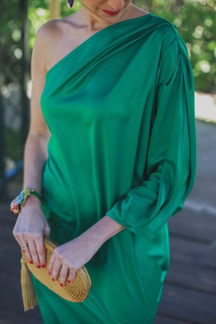 Look invitada perfecta boda noche vestido largo saten verde asimetrico