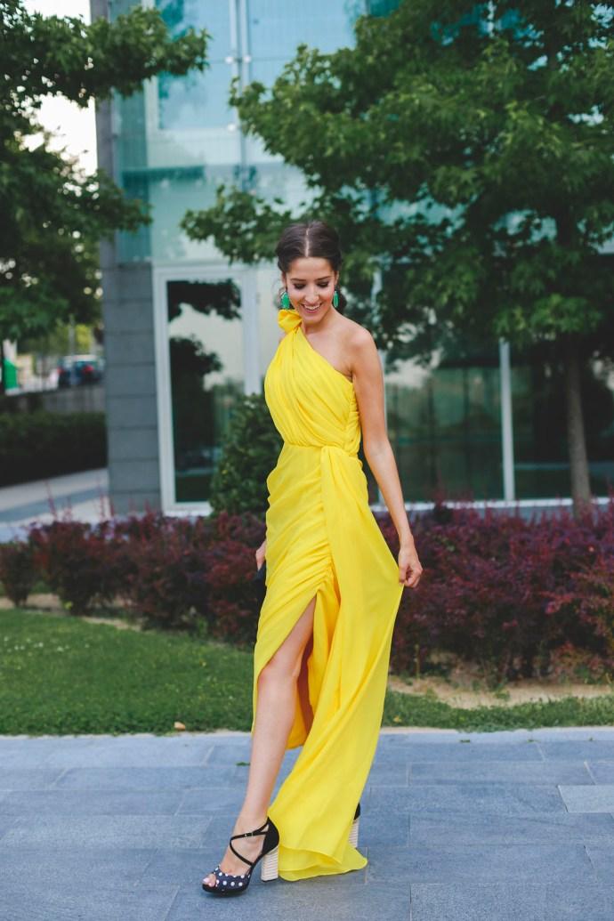 Look invitada boda 2018 vestido amarillo sandalias lunares coleta trenza