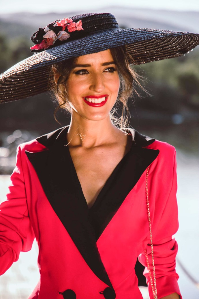 Look invitada otoño vestido smoking pamela bolso flecos madrina