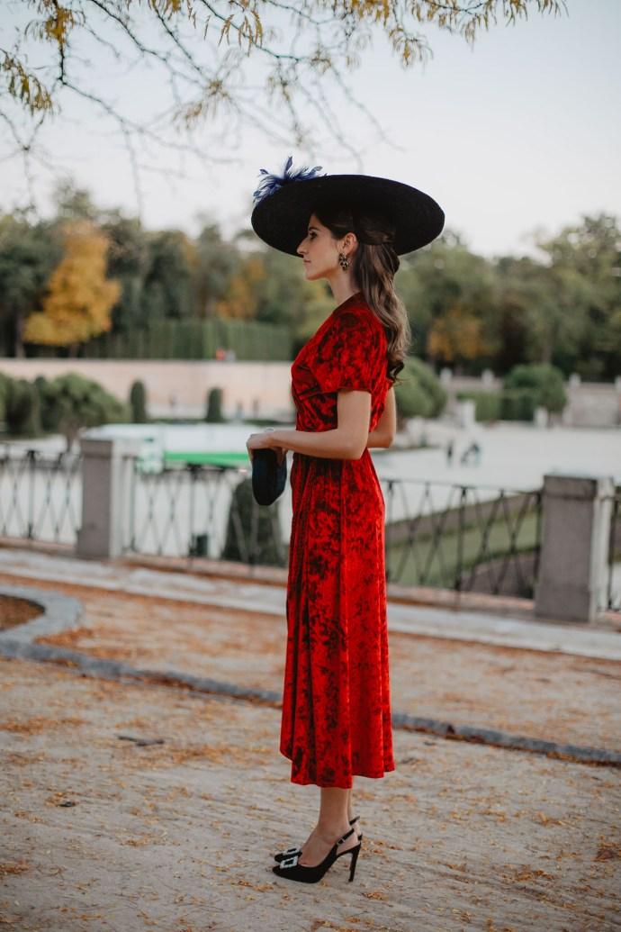 Look invitada otoño invierno vestido terciopelo rojo pamela invierno
