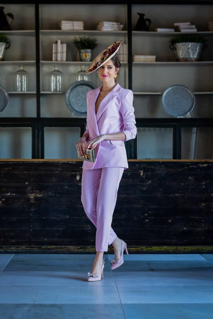 Look invitada boda 2019 traje chaqueta rosa tocado