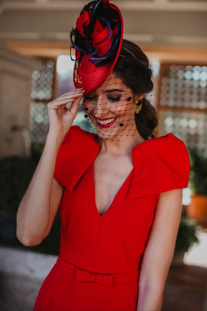 tocado vintage rojo plumas invitada