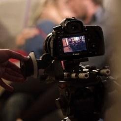 Ein Dreh von InZwischenZeit:Filme, eine Kamera filmt ein Pärchen was auf einem Sofa knutscht