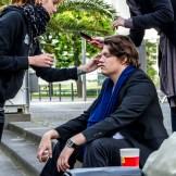 Zwischen zwei Szenen wird Schauspieler Sebastian Schwiecker hergerichtet