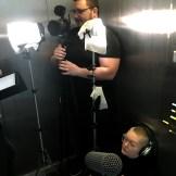 Ein Filmteam im Aufzug